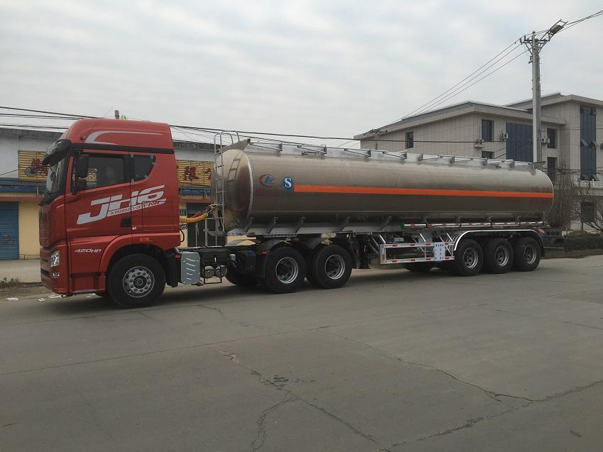 解放JH6铝合金半挂油罐车侧面图片