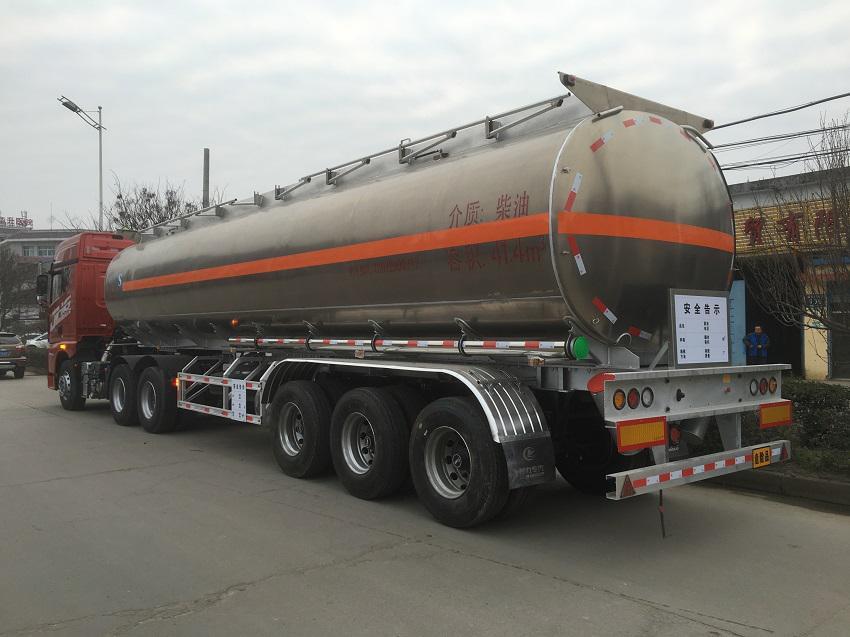 解放JH6铝合金半挂油罐车尾部侧面图片